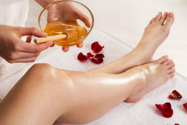 Если после станка в некоторых участках кожи могут возникать красные прыщики, то масса из сахара нежно заботится о коже